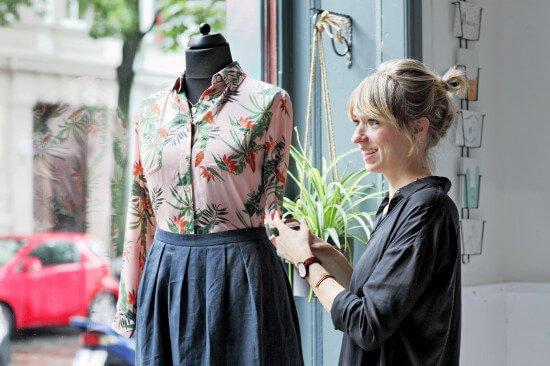 Portraitphoto im Kreuzberger Laden am Schaufenster von Christina Wille von LOVECO, Fotografin Nora Dal Cero