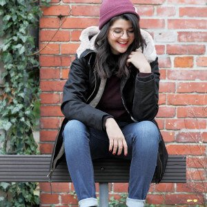 Vreni Jäckle von LOVECO in warmer Hemp HoodLamb Jacke, Jeans, Sneakers von Veja und Mütze