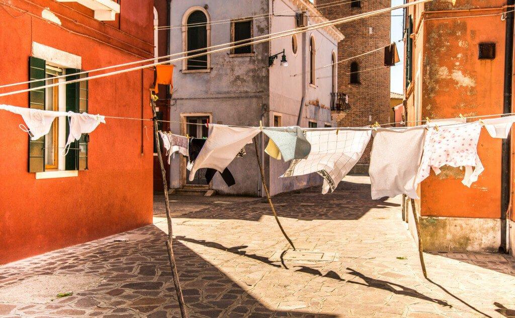 Wäsche auf der Leine in einer Stadt