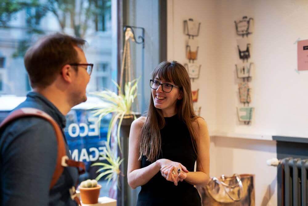 Mann und Frau im Gespräch auf dem Event von LOVECO