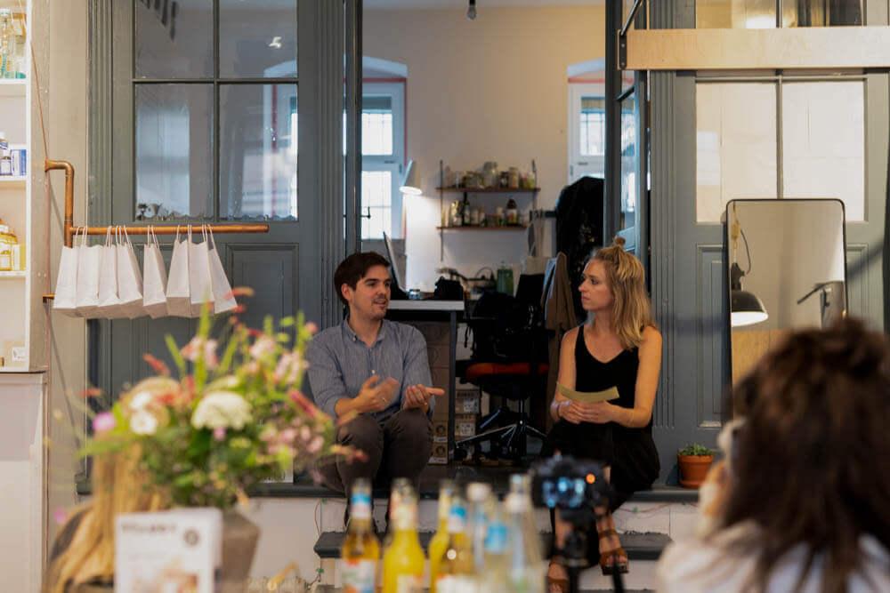 Paul und Christina im Gespräch beim Event von LOVECO