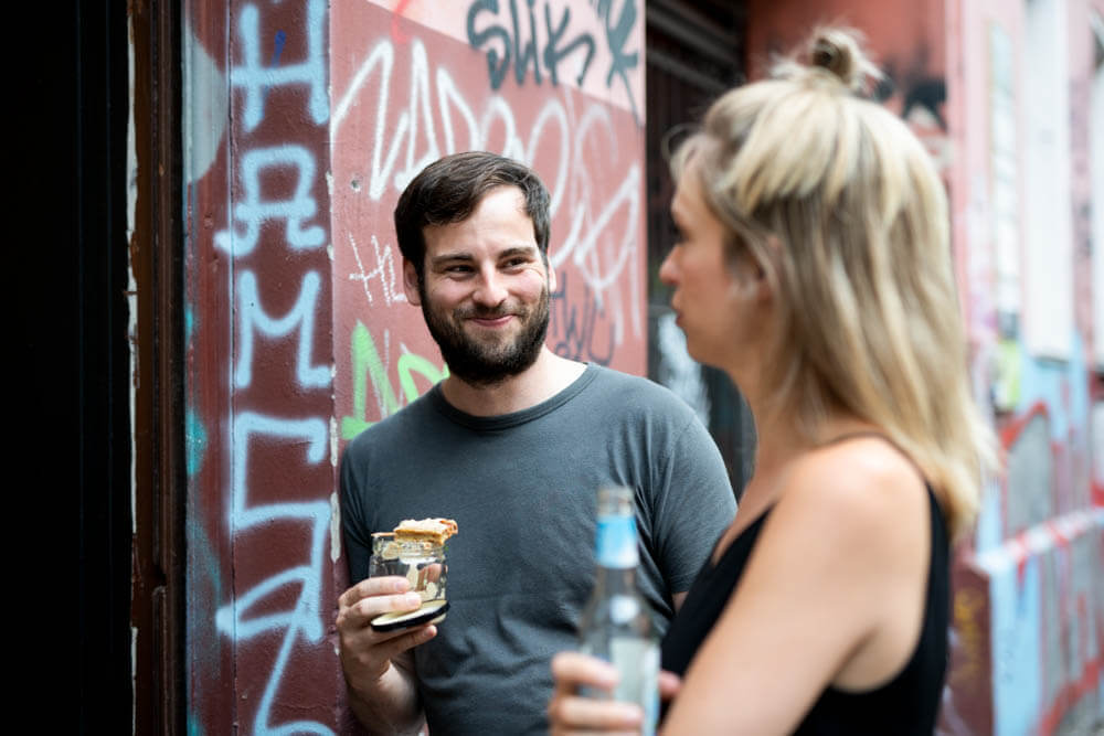 Gründerteam Christina Wille und Moritz Marker vor LOVECO Vegan Shoes in Kreuzberg