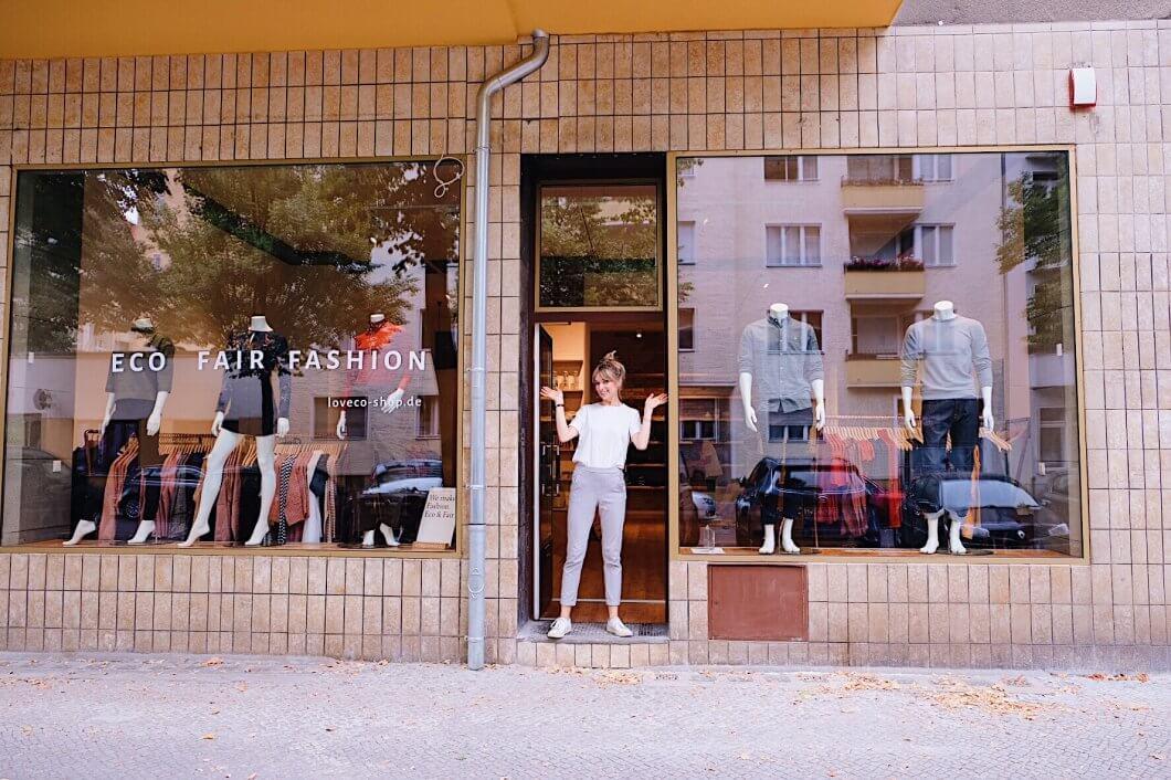 Frau steht vor Laden