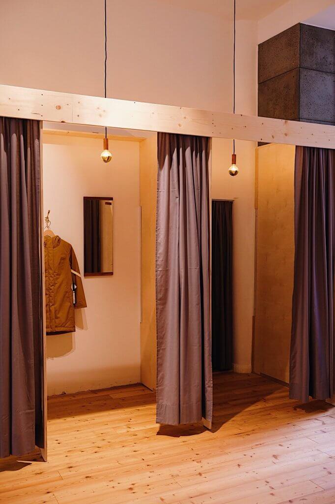 Umkleidekabinen mit grauen Vorhängen