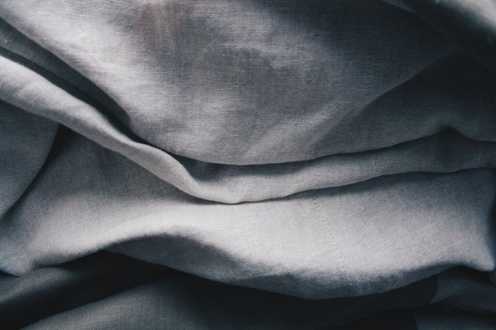 Detailansicht von Leinenstoff in hellem Grau