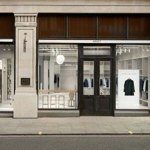 Foto eines Ladens von Arket mit Schaufenster und Straße