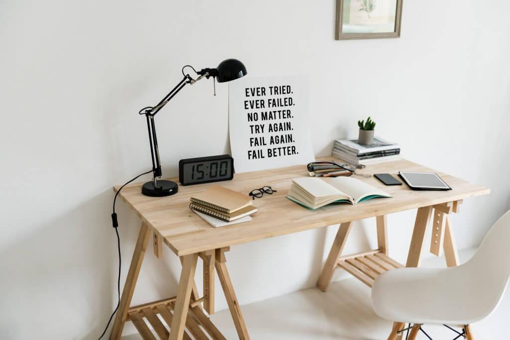 Schreibtisch mit Statement Poster als Hilfe für nachhaltige Businesses