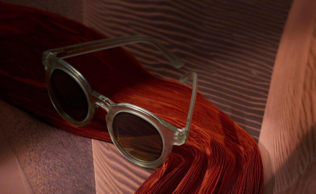 Sonnenbrille von GOBI Amsterdam auf Tuch