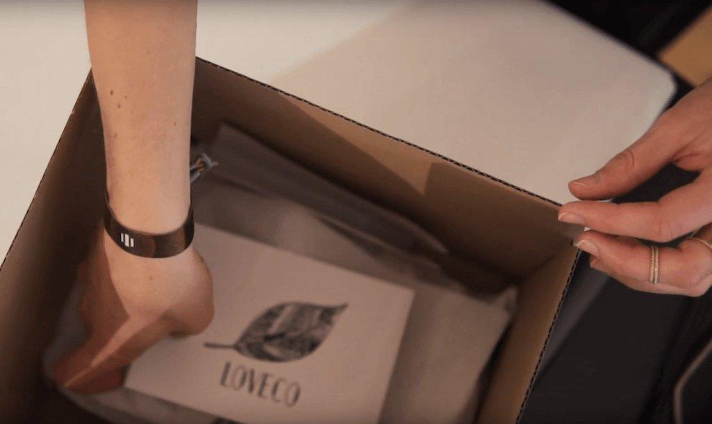 Christina Wille verpackt die Bestellungen bei LOVECO