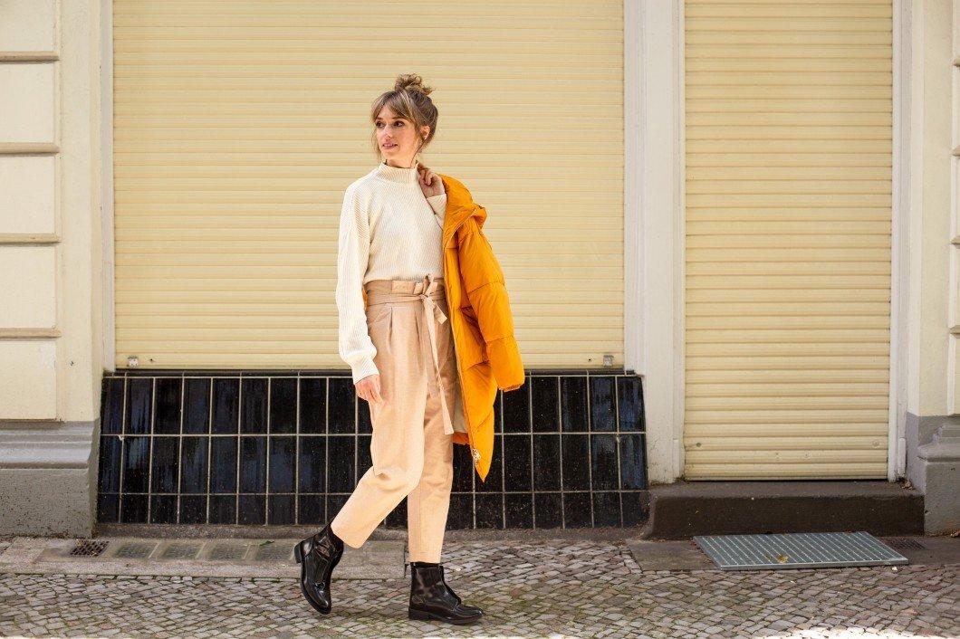Christina in ihrer Capsule Wardrobe für den Herbst mit Trendfarbe Gelb