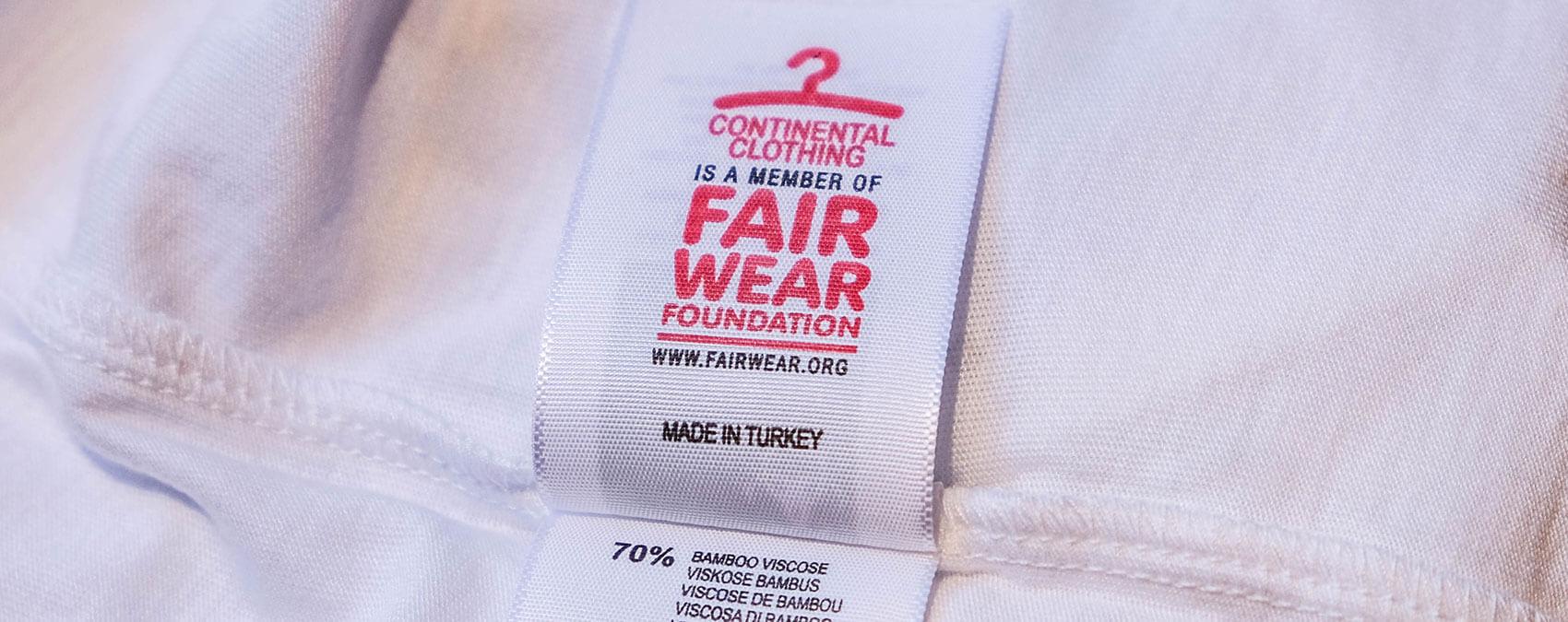 Fair Wear Foundation Logo auf einem Bekleidungsetikett