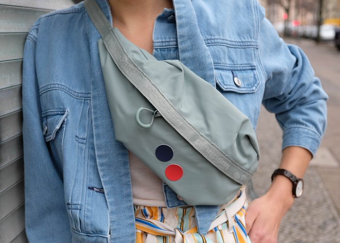 Frau trägt Jeansjacke und nachhaltige Bacuhtasche von pinqponq