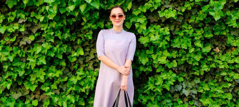 Frau trägt flieder Shirt mit Stehkragen und Kleid