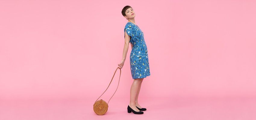 Unser Model Anna trägt ein blaues Kleid von People Tree und Schuhe von Nae