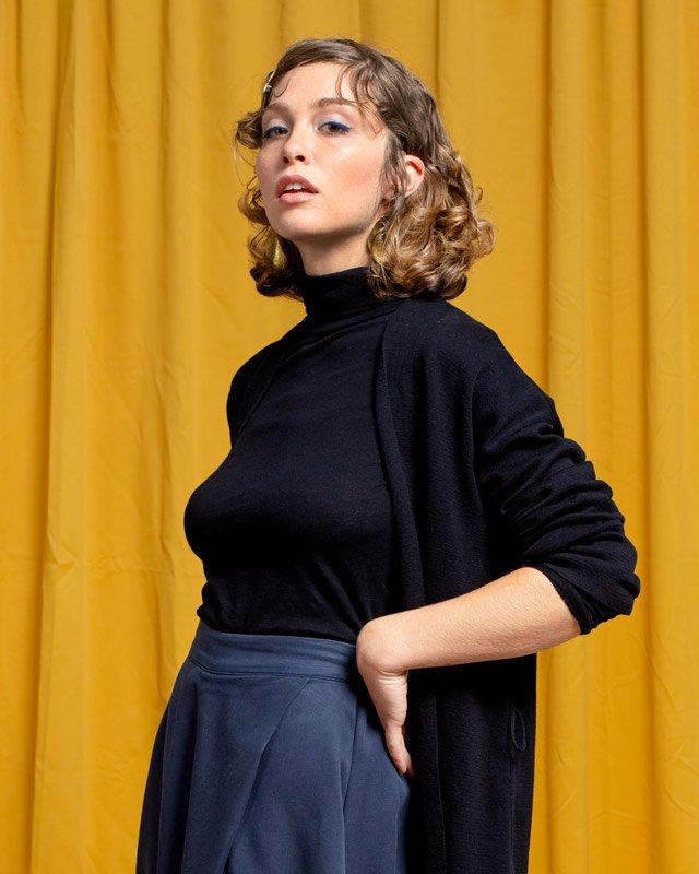 Frau trägt schwarzen Rollkragenpullover