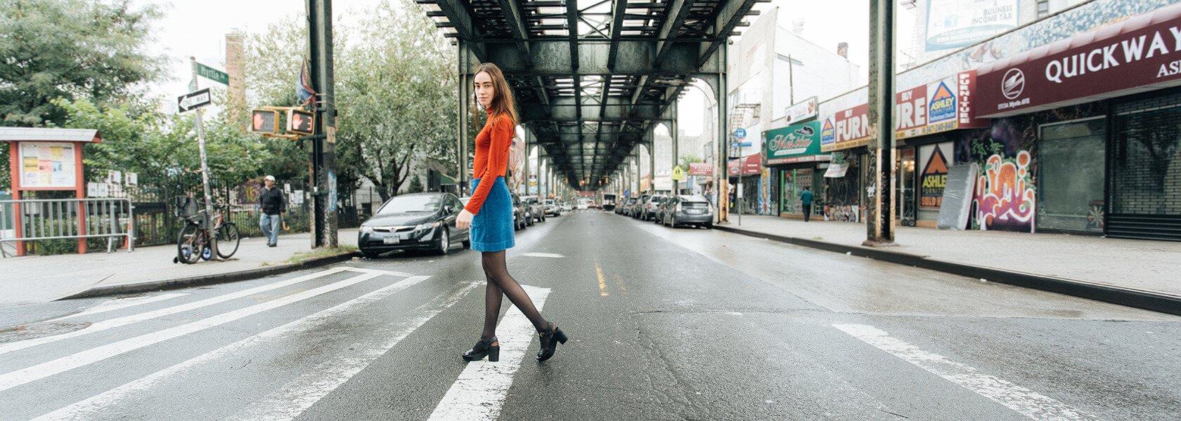 Frau steht auf einer Straße in New York
