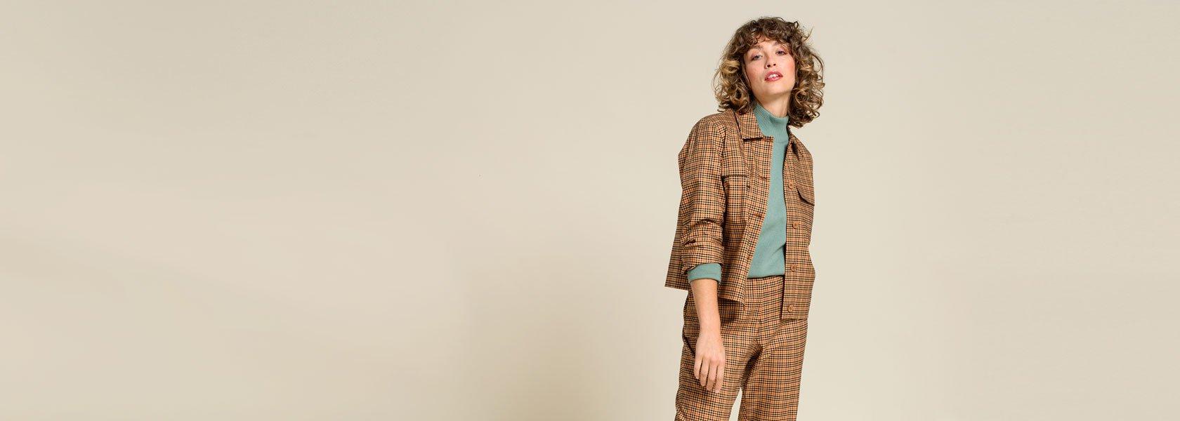 Frau trägt ökologische Mode