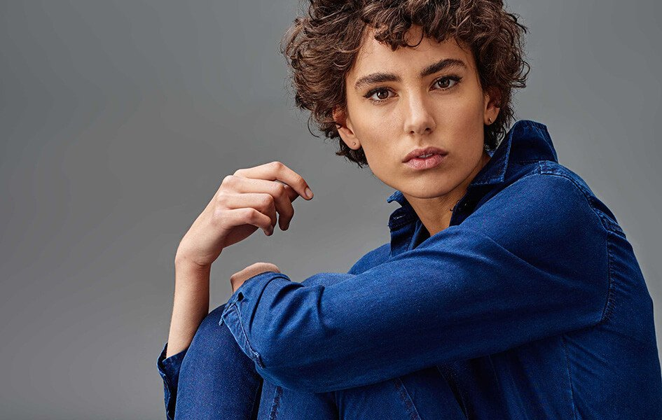 Frau im Jeans Jumpsuit von Kings Of Indigo