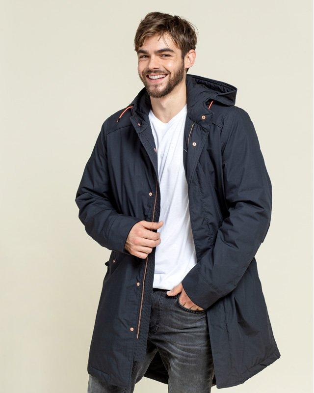 Mann trägt Mantel von Langer Chen