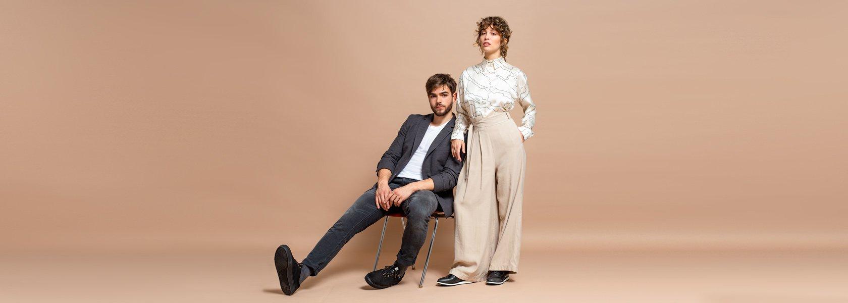 Mann und Frau tragen ökologische Winterjacken