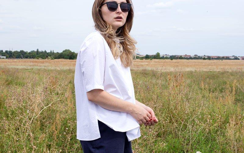 Frau in weißer Bluse auf Feld
