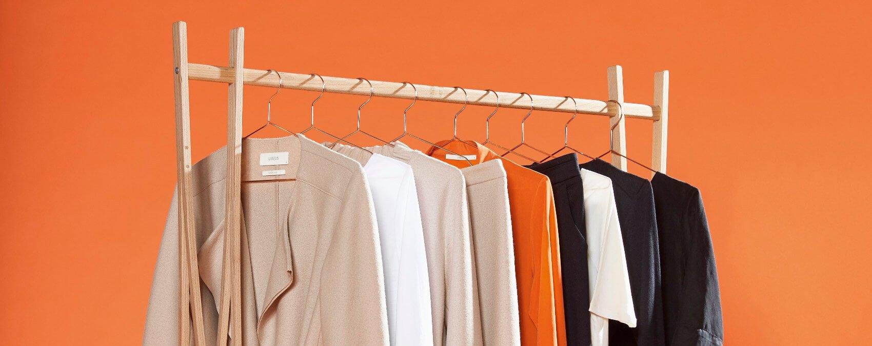 Kleiderstange mit aufgehangenen Fairtrade Kleidungsstücken