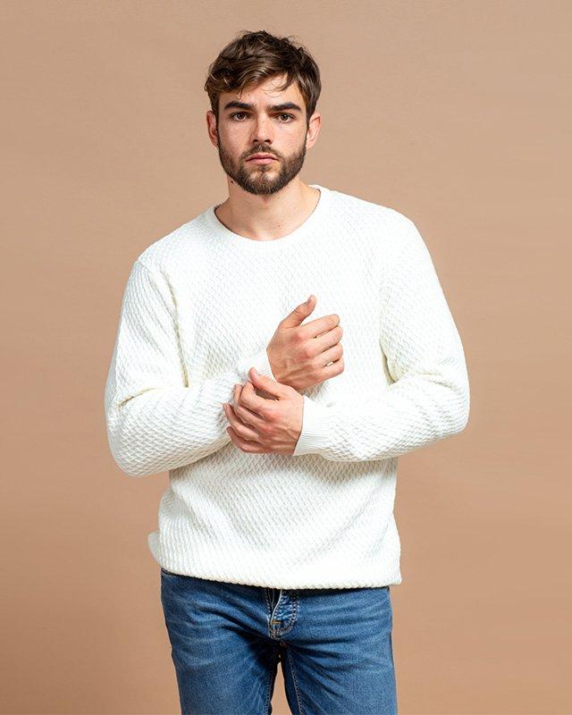 Mann trägt Strickpulli und Denim-Jeans
