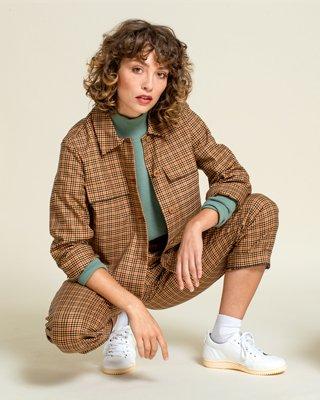 Frau trägt karierten Anzug