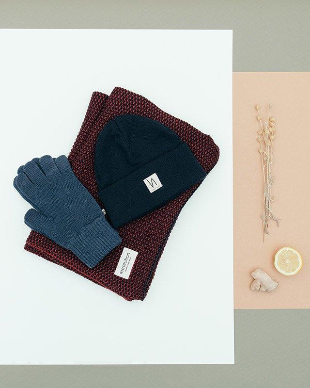 Auswahl an Mützen, Schal und Handschuhe