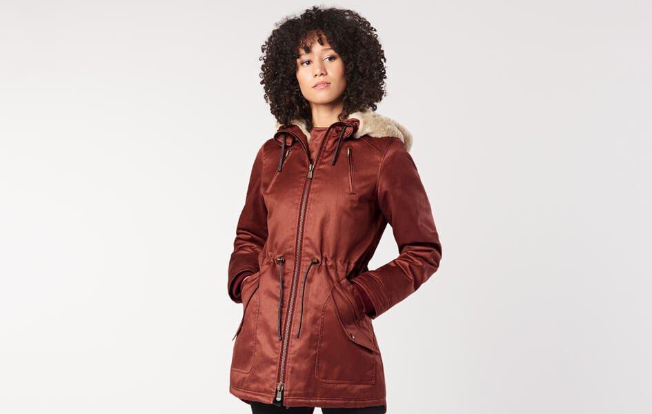 Frau trägt roten Mantel