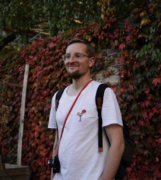 Felix Kayser fotografiert von Maike Fürstenberg vor der Berlinischen Galerie