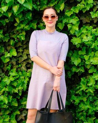 Frau trägt lila T-Shirt mit Stehkragen und Trägerkleid