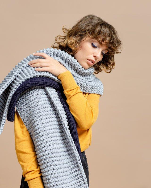 Frau trägt fair produzierte Schals