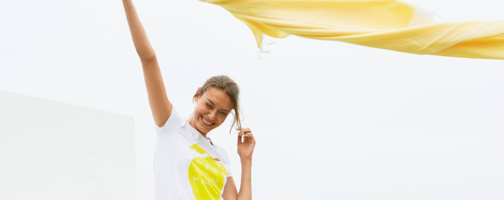 Frau mit Wäsche an der Wäscheleine draußen