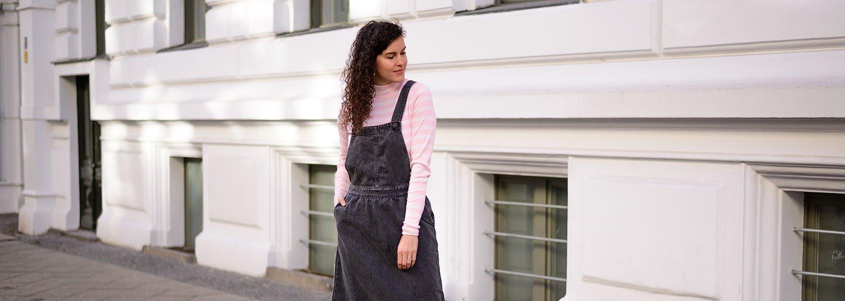 Bloggerin Mia von heylilahey in Latzkleid und gestreiftem Rollkragenpullover