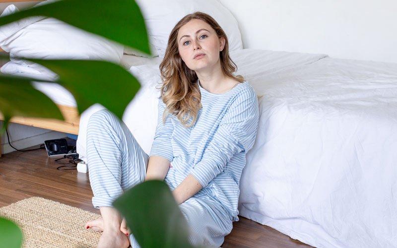 Frau trägt blauen Pyjama