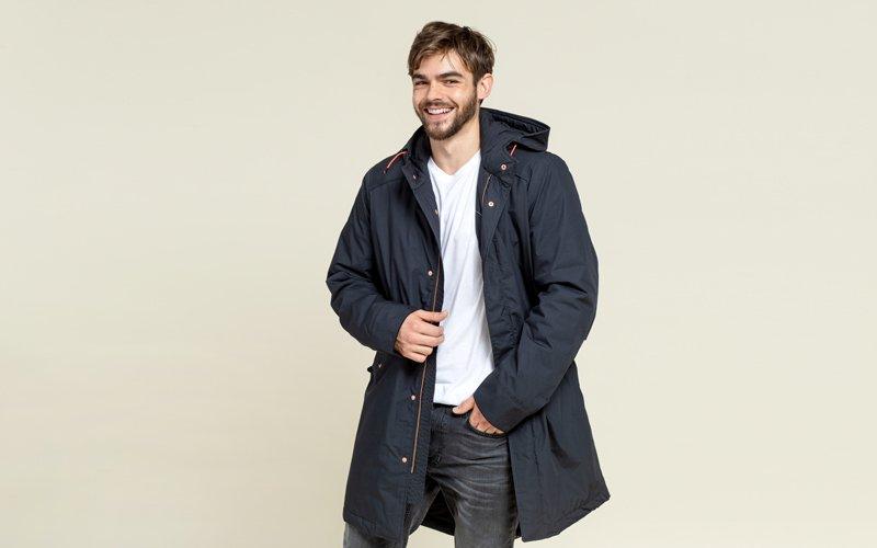 Mann trägt ökologische Winterjacke
