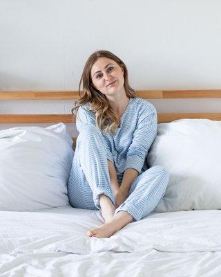 Frau trägt gestreiften Pyjama von Peopletree