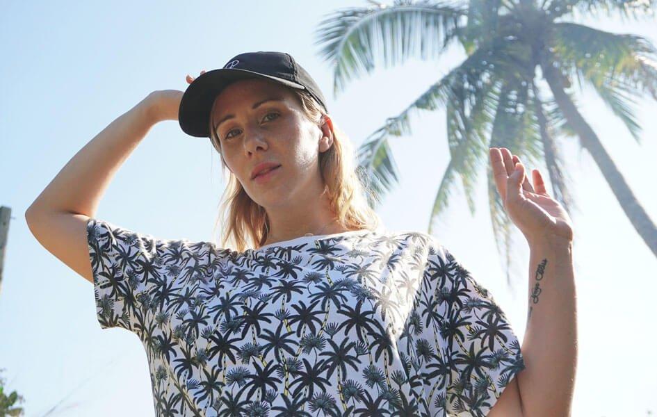 Frau in T-Shirt mit Palmen Print