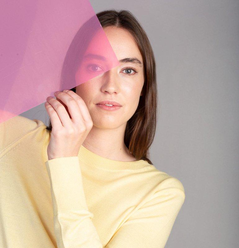 Frau in gelben Longsleeve mit transparentem Schild