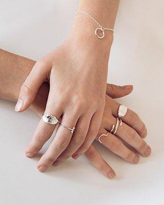Dezente silberne Ringe an Frauenhänden